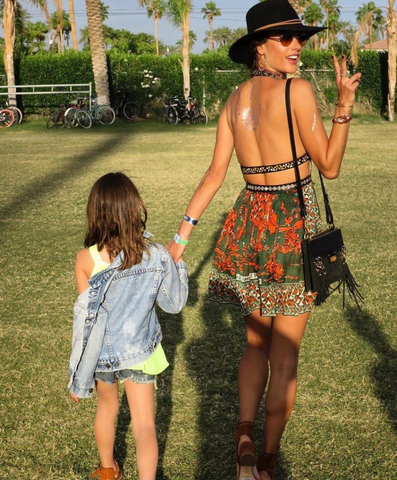 2018Coachella Outfit Ideas For Women Street Style To Copy (6)