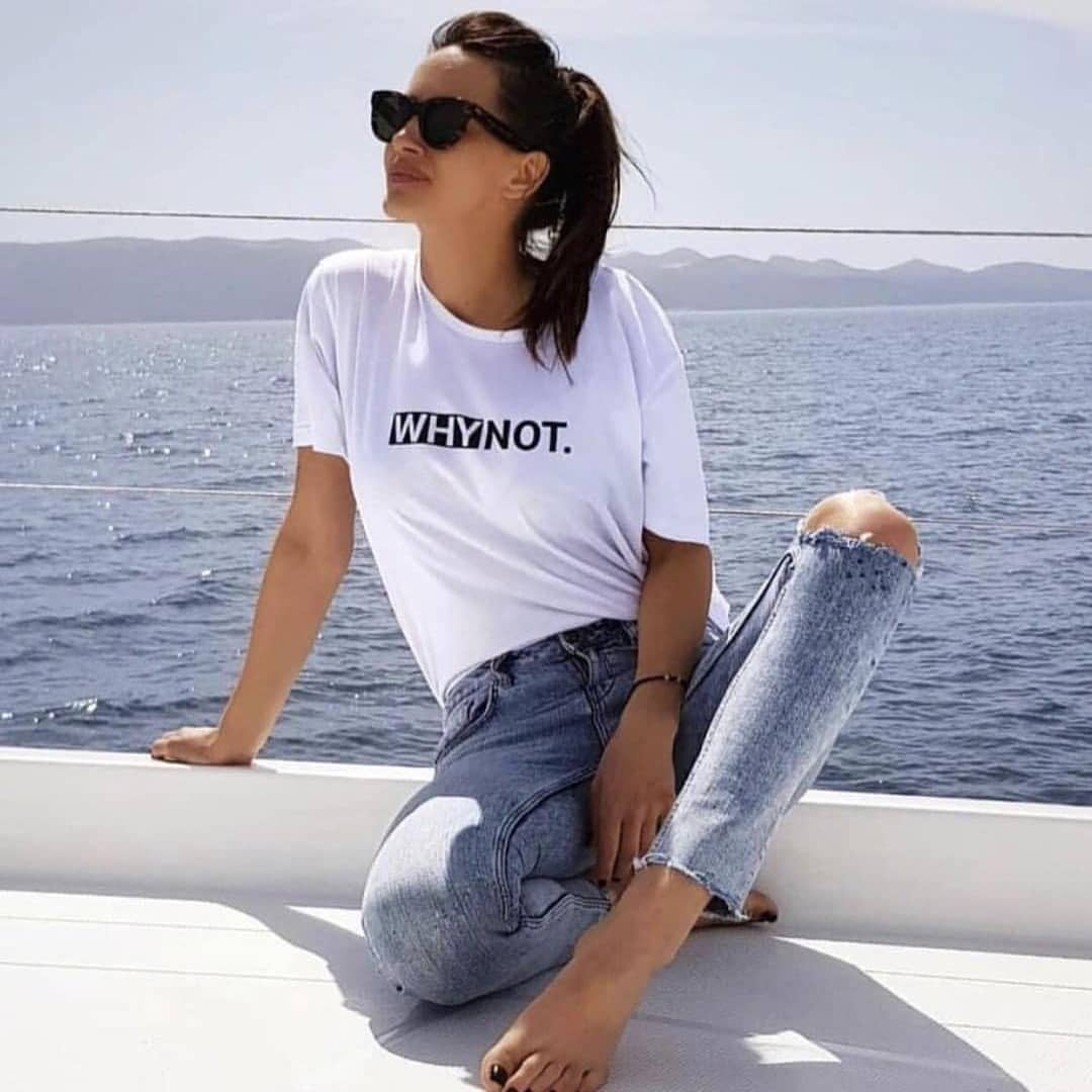 White Tee And Acid Wash Skinny Jeans For Summer Boat Trips 2021