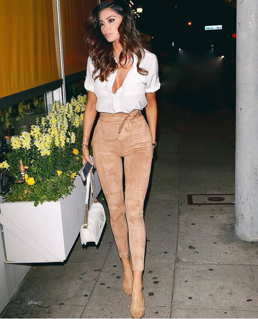How To Style Beige Skinny Pants In Suede This Summer 2020