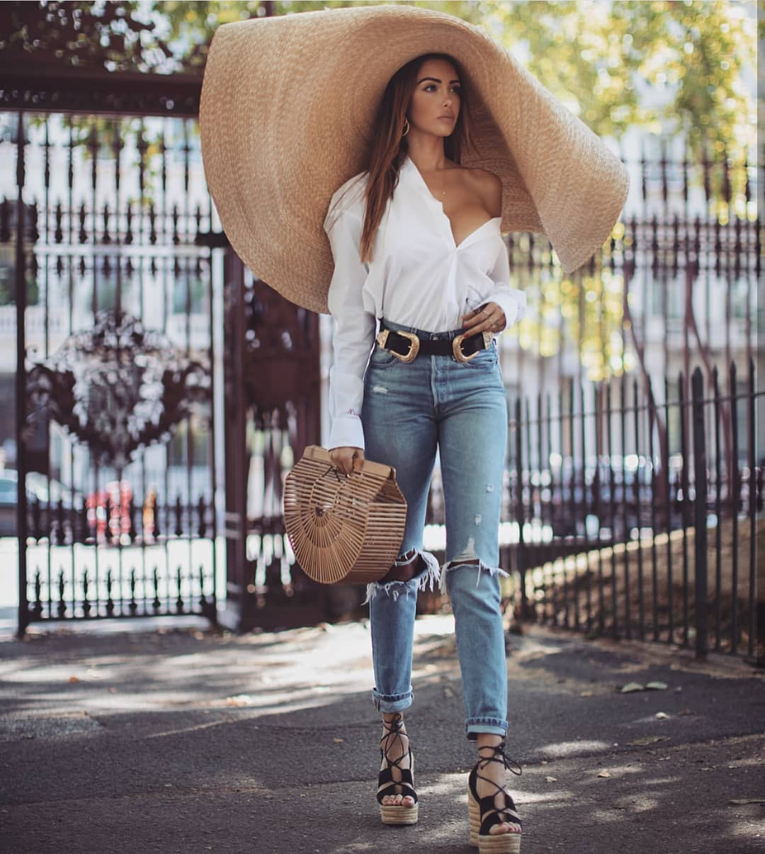 Can I Wear Large Sunhat With White Shirt And Ripped Jeans This Summer 2019