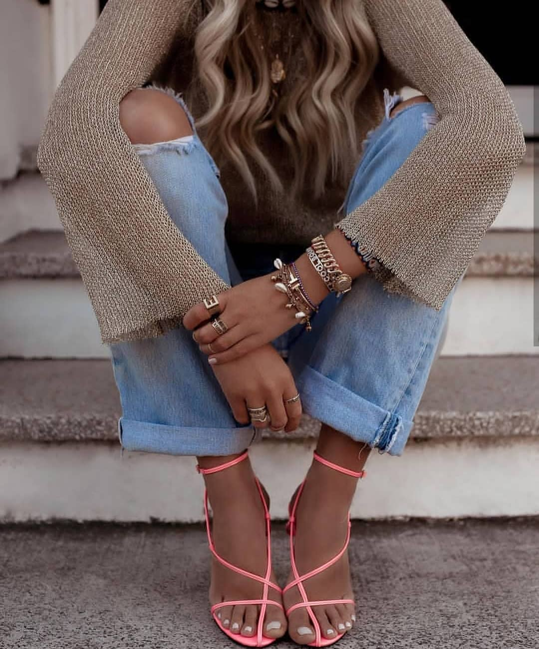 Relaxed Sweater With Knee-Ripped Jeans And Skinny Strappy Sandals In Pink 2020