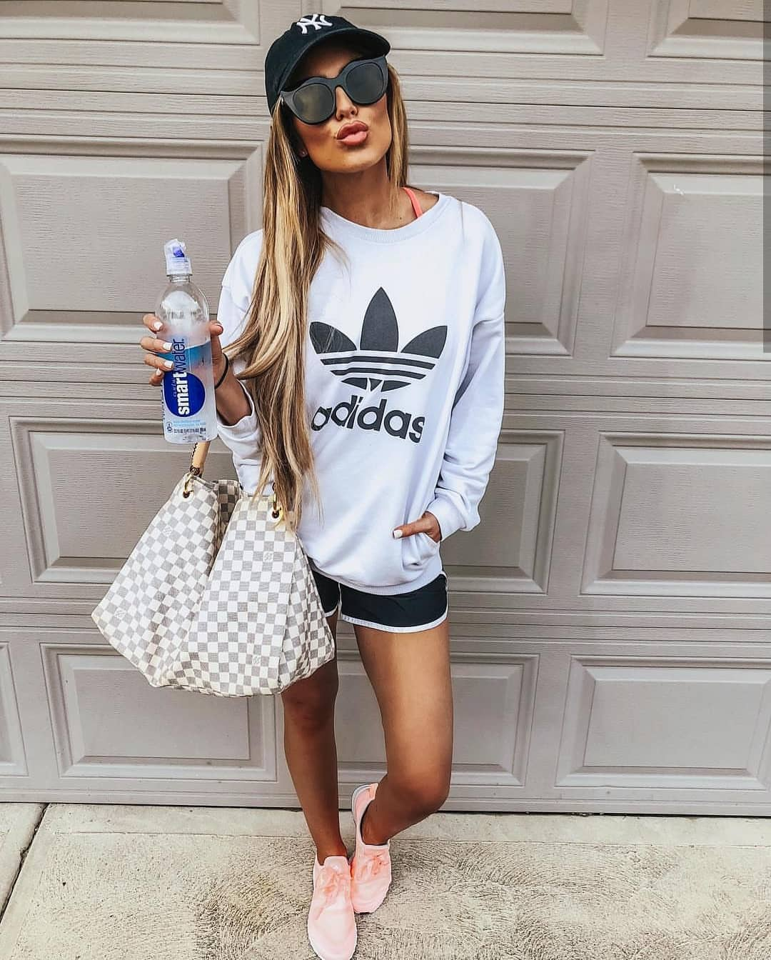 Best Look For Outdoor Sports: Sweatshirt, Shorts And Neon Sneakers 2020