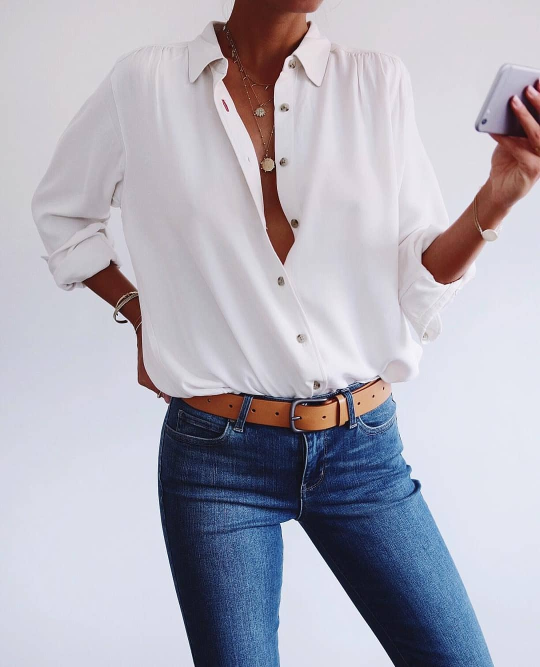 White Shirt And Blue Skinny Jeans: Classic Combo For Summer 2020
