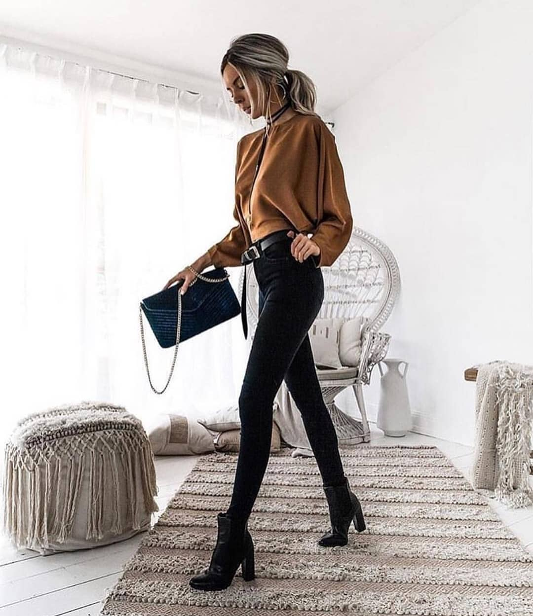 Oversized Top In Beige And Skinny Jeans In Black For Spring 2019