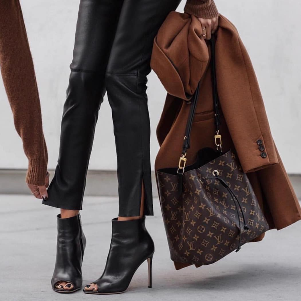 Black Leather Pants And Peep-Toe Black Ankle Boots For Fall 2019