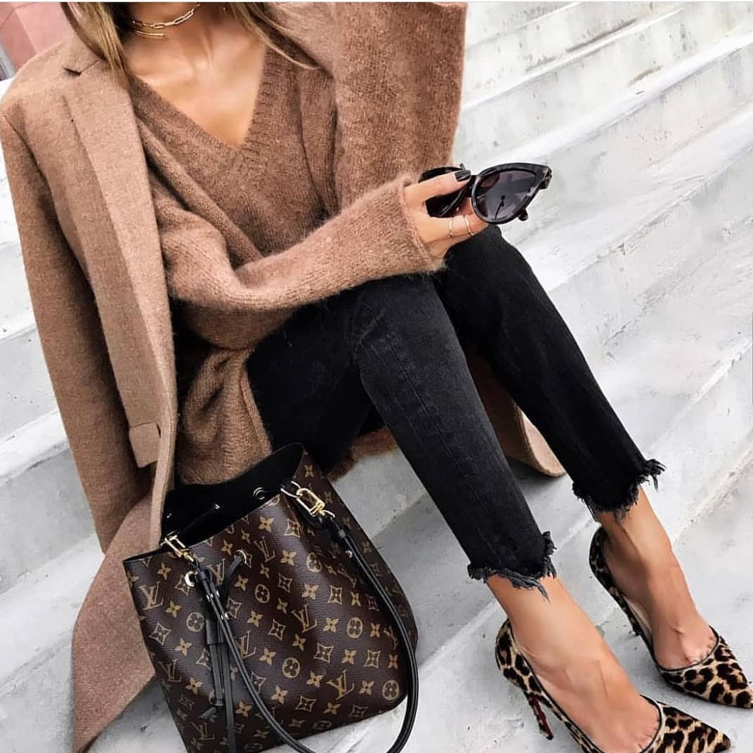 Cream Brown Coat With Matching V-neck Sweater, Black Skinny Jeans And Leoaprd Pumps 2019