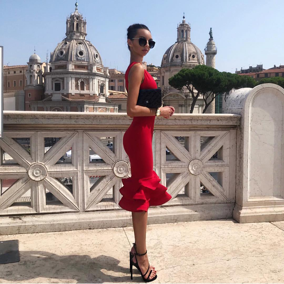 Sleeveless Slim Red Dress With Ruffled Hem And Stiletto Sandals In Black For Summer 2020