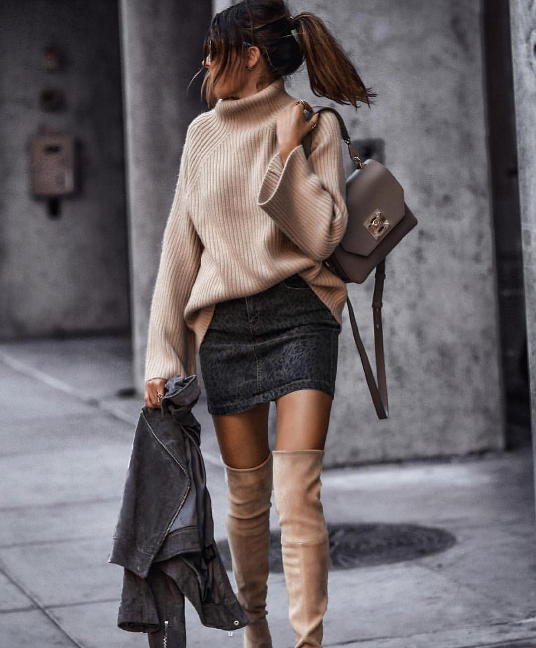 Sophisticated Casual Look For Autumn: Slouchy Sweater And Leopard Print Denim Skirt 2020