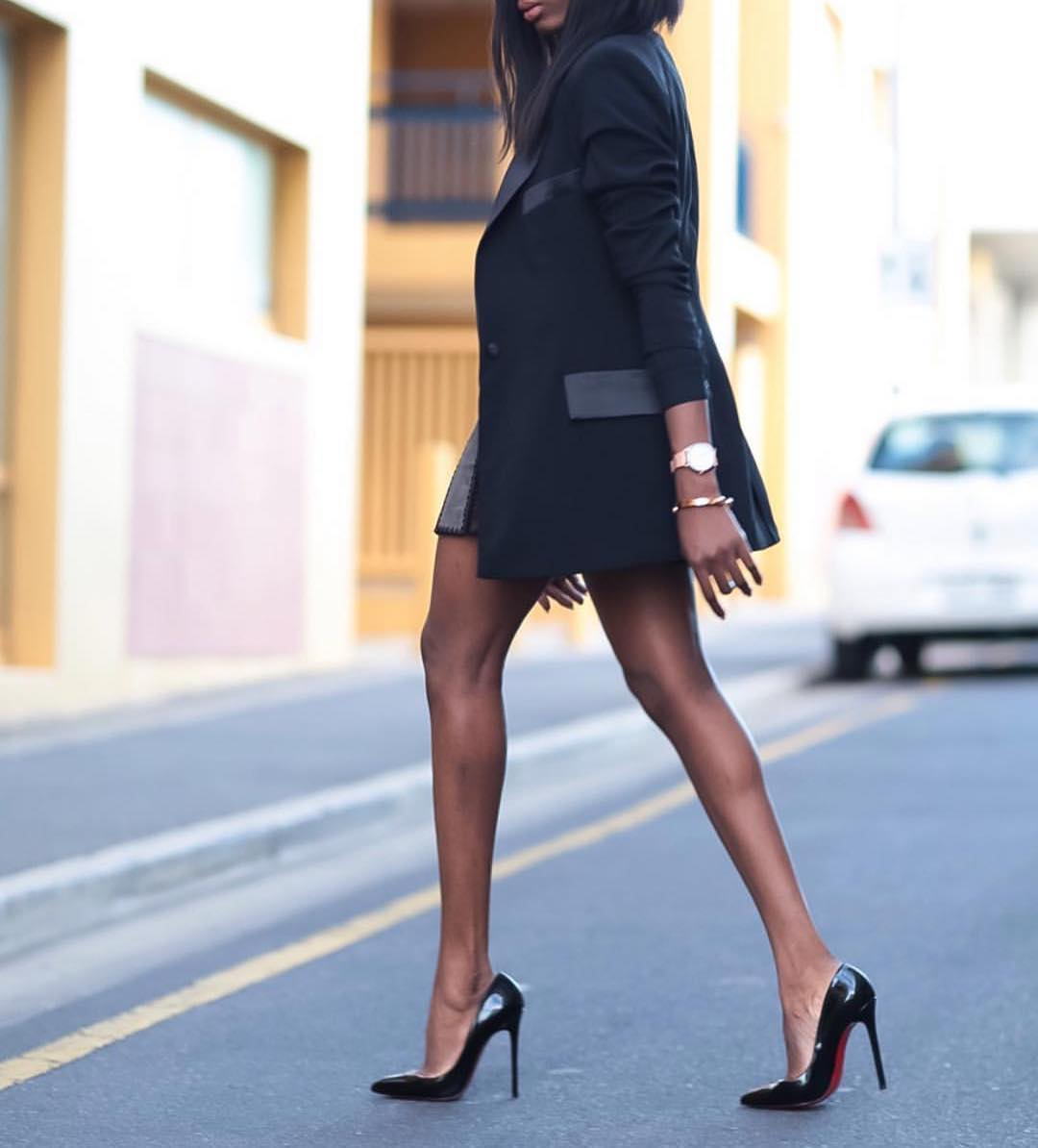 Long Black Blazer And Glossy Black Heeled Pumps For Office Style Chics 2019