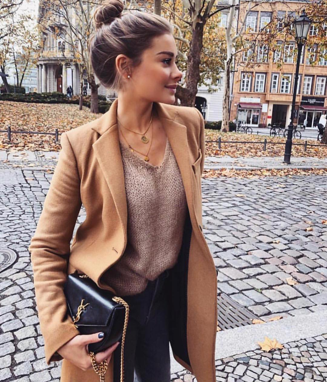 Fall Essentials: Camel Coat, Beige Sweater And Black Skinny Jeans 2020
